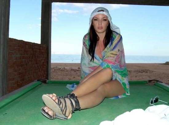 Русские на курорте секс видео, член дрочит а она подглядывает