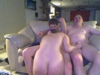 college hunk speelt twister met butt naked tieners