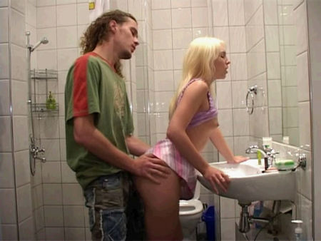 Sex in the toilet - Teens fuck in the toilet