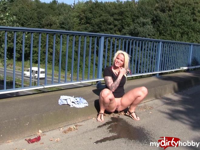 http://s5.depic.me/01888/h0o5w0a01spi_o/pee_on_the_bridge_sexylisschen.jpg